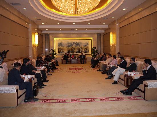 图为中国世界和平基金会与巴基斯坦穆斯林联盟代表团在会谈中