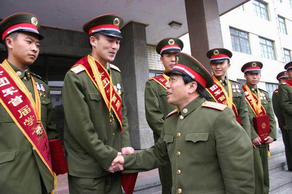 """解放军军官:向南林执著求学广""""拜""""老师"""