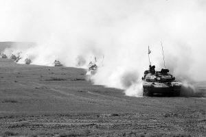10月中旬,该基地培养的学兵驾驶新装备参加演习。(张坤平摄)