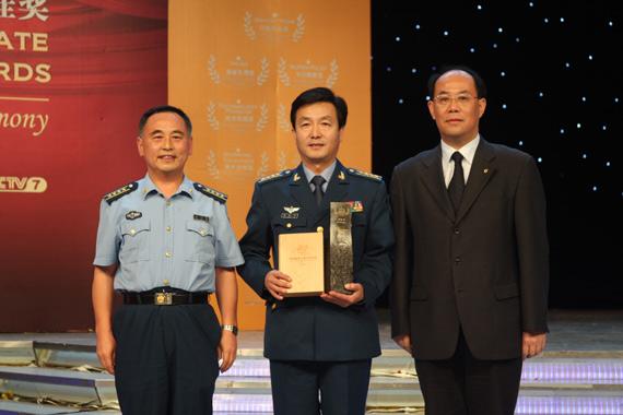 空军试飞大队毕红军获得月桂奖之英雄无畏奖