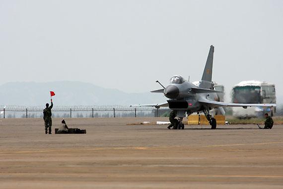 空军地勤人员引导歼10滑入跑道摄影:安京新浪独家图片,未经许可不得转载。