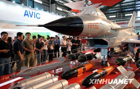 11月7日,观众在展馆里争睹歼-10战斗机。