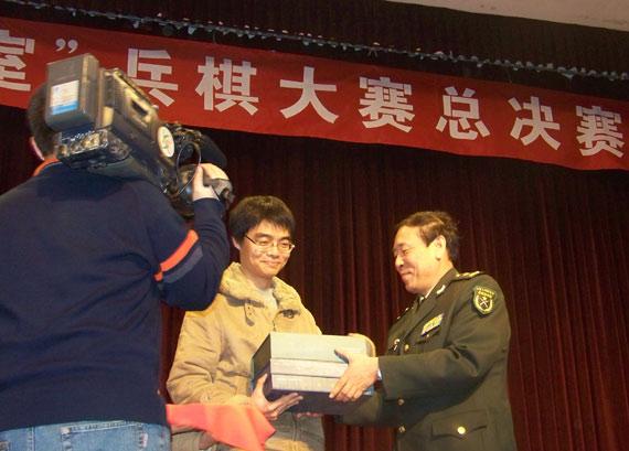 罗援副部长为获奖选手颁奖