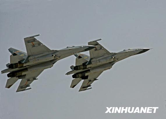空军歼-11战机在某试验训练基地上空展开复杂电磁环境对抗训练(2006年3月20日摄)。新华社发(谭超摄)