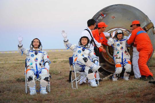 资料图:9月28日,中国神七航天员出舱。新华社记者李刚摄