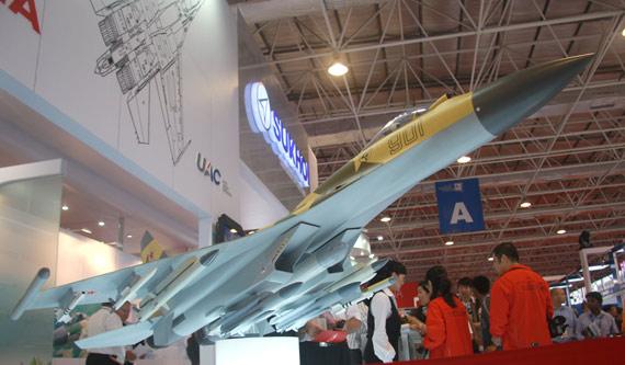 参加第七届珠海航展俄苏-35战机模型。模型机腹下挂载有宝石反舰导弹