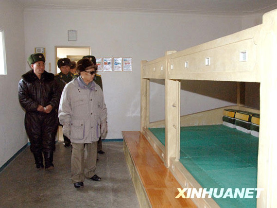 Kim Jong-il (front) visits the soldiers barracks photos 。