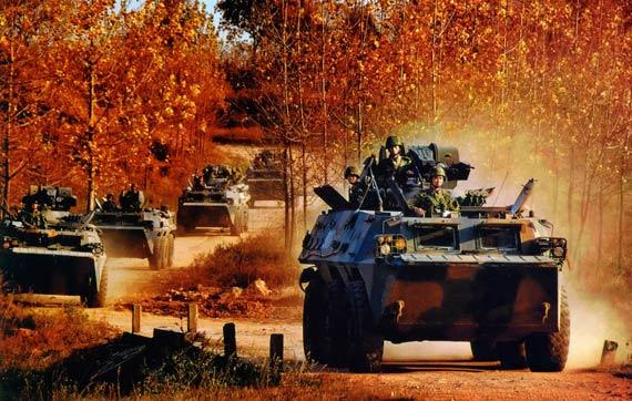 文章称中国90年代所研发的92型步兵战车就小于美国的斯特赖克战车或加拿大的LAV步兵战车