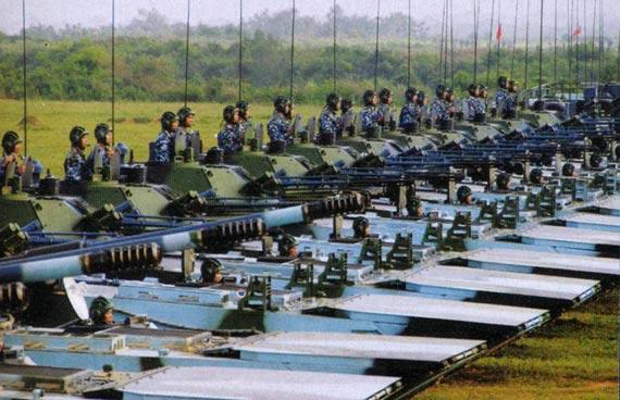 国产新型两栖战车接受检阅