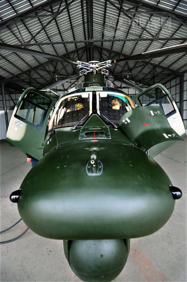 资料图:陆航直九夜战型直升机维护中
