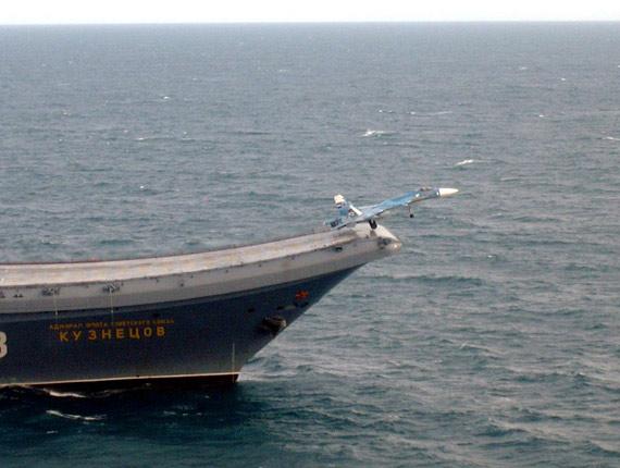 俄海军苏-33舰载战机从库兹涅佐夫号航母上滑跃起飞。