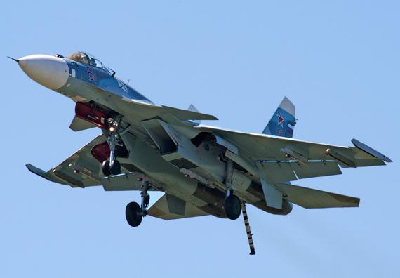 苏-33型舰载机飞行中。