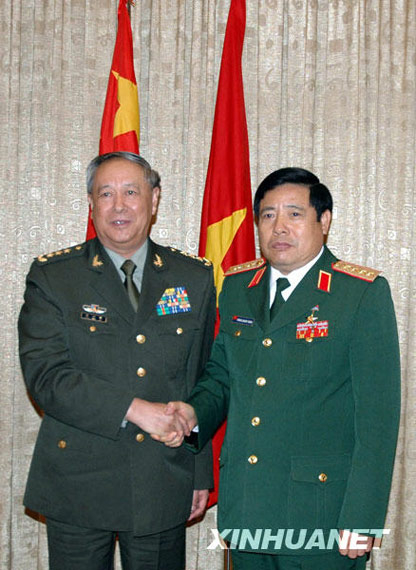 3 月 23 日Vietnamese Defense Minister Phung Quang Thanh general (right) posed for pictures with Chen Bingde. Photo: Xinhua News Agency reporter Han Qiao