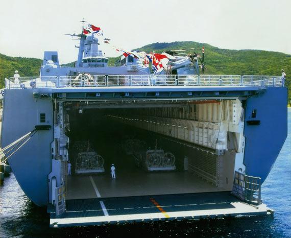 资料图:中国南海舰队已经接收首艘大型两栖登陆舰