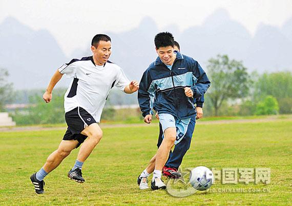 3月30日,李峰(左一)又上了足球场