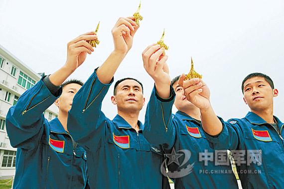训练中的李峰(左二)