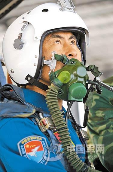 空军战斗机飞行员李峰本报特约记者沈玲摄