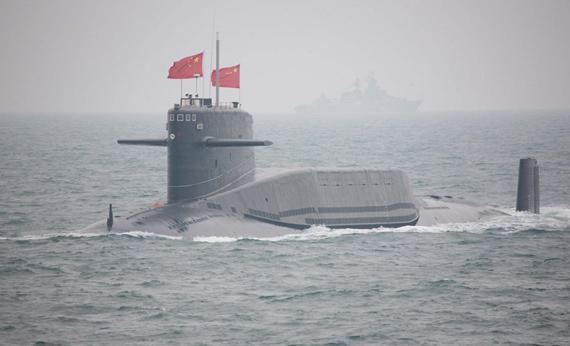 4月23日下午,为纪念中国人民解放军海军成立60周年而举行的海上阅兵在青岛附近黄海海域举行。图为中国海军092级战略核潜艇接受检阅。新华社记者李刚摄