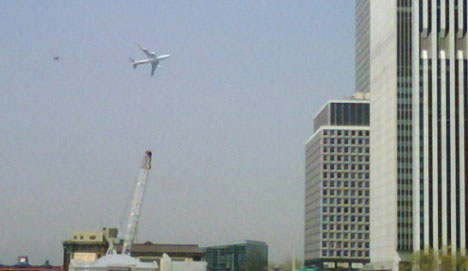 4月27日,一架F-16战机紧随VC-25飞机之后低空飞过纽约