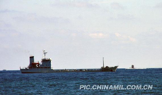 资料图:海军南海舰队勤务船与潜艇进行协同演练