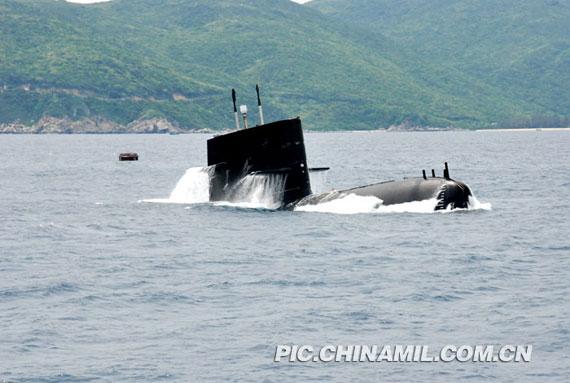 资料图:中国潜艇正在训练中进行紧急上浮。