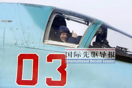 今年3月28日,俄罗斯总统梅德韦杰夫乘坐苏-34歼击轰炸机飞行半小时,为苏-34做了一个大广告。路透社