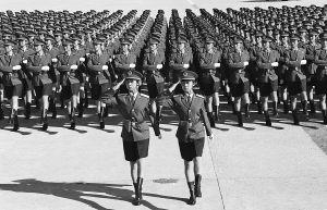 1999年受阅女兵方队的一个场面,领队为张薇薇、张莉莉。韩悟平 摄