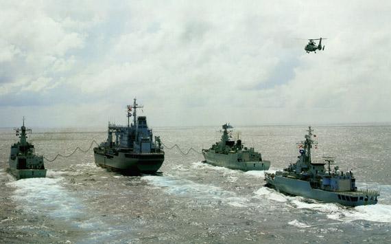 中国海军力量近年来发展快速。图为南海舰队进行远海编队补给演练