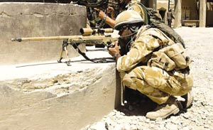 莱伊诺兹是一名枪法如神的驻阿富汗英军狙击手