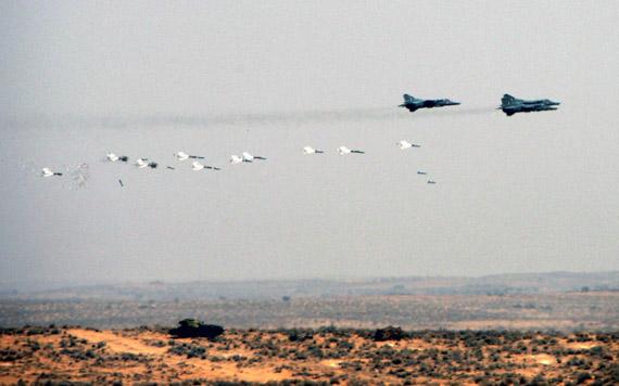 印度空军米格-27战斗轰炸机在演习中攻击目标
