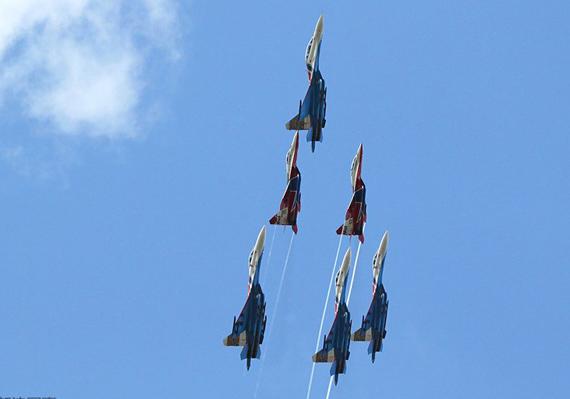 人民网军事在线莫斯科8月18日电 世界上最大的航空航天展览之一2009莫斯科航展18日上午在俄罗斯茹科夫斯基市开幕,俄罗斯、意大利和法国飞行员在空中表演了特技飞行。   苏霍伊超级喷气-100新型支线客机(SuperJet 100)首先在航展上空展翼,约80架飞机参加了飞行演示。   此外,意大利空军三色箭飞行表演队和法国空军法兰西巡逻兵飞行表演队进行了特技表演。   代表俄罗斯出场的是俄罗斯空军雨燕和俄罗斯雄鹰飞行表演队。   俄罗斯勇士飞行表演队因16日发生的事故而未能参加飞行表演。
