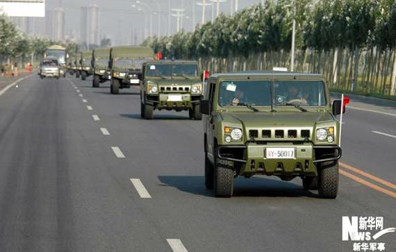 """""""跨越-2009・青铜峡""""首批远程投送空运梯队的特种侦察车辆向机场摩托化开进。新华军事高航摄"""