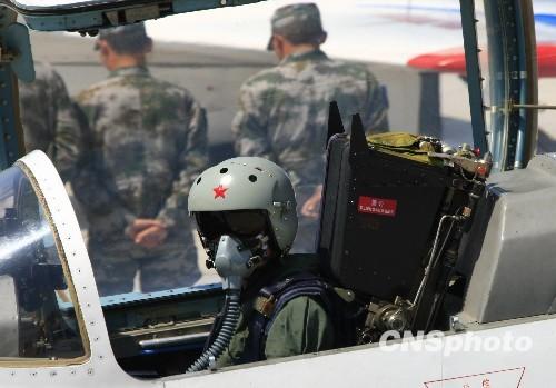 空军歼击机女飞行员穿着新型飞行装具。中新社发张雷摄