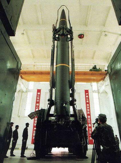 资料图:二炮东风-11型战术地地导弹起竖