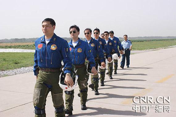飞行员准备登机 刘国猛 摄