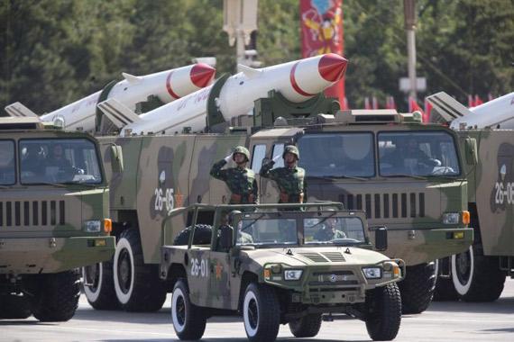 资料图:国庆60周年阅兵现身的中国东风-15B型战术弹道导弹