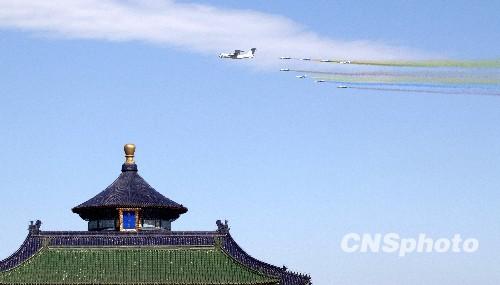 2009年10月1日,中华人民共和国成立六十周年庆祝盛典在北京天安门广场举行。图为参加国庆六十周年阅兵的空军飞机梯队飞过天坛祈年殿上空准备接受检阅。中新社发陆欣摄