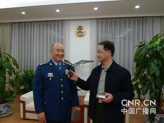 中央军委委员、空军司令员许其亮(左)接受中央人民广播电台、中国广播网记者采访