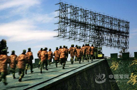 战斗警报拉响后官兵们风驰电掣奔向哨位。