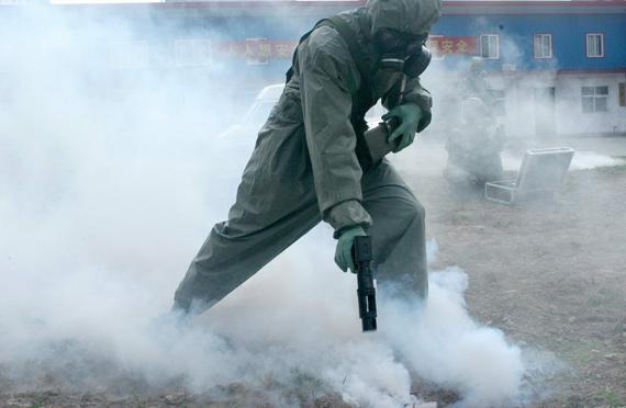 防化兵向向染毒地区喷洒中和剂