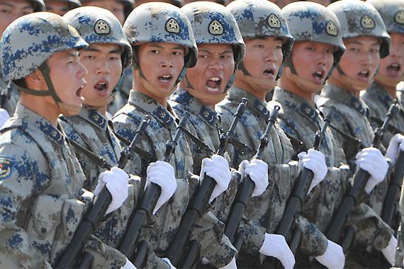 空降兵始建于1950年7月,开始称空军陆战旅,后改称空降兵师。1961年5月,中央军委决定将陆军第十五军改编为空降兵军。