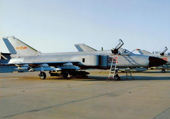 资料图:我军机场停放的歼-8战机