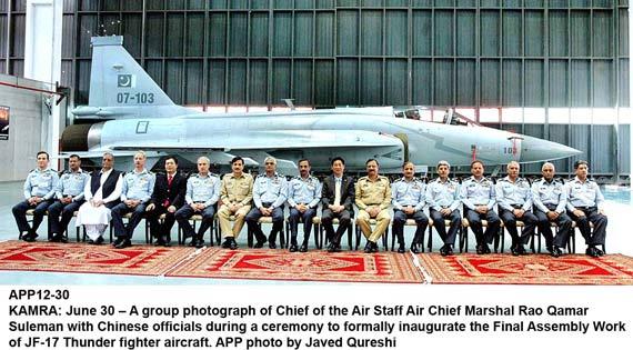 巴基斯坦首架国产型枭龙战斗机本月末下线(图)