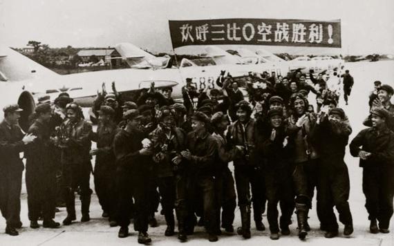 """1958年7月29日,空军某师以""""三比零""""的战果取得入闽作战的首次胜利。这是参加空战的4名飞行员。左起:赵德安、高长吉、黄振洪、张以林图片来源:新华网"""