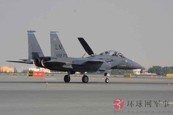 美国F-15E战机起飞前飞行员作夸张动作逗观众!!