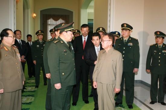 11月25日,朝鲜最高领导人金正日(前右一)在首都平壤会见正在朝鲜访问的中国国务委员兼国防部长梁光烈上将。新华社记者张滨阳摄