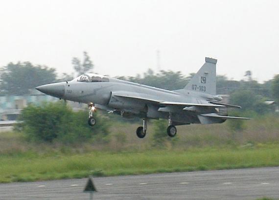 资料图:巴基斯坦空军枭龙103号战机准备降落