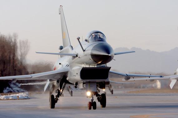 中国空军歼10A战机完成飞行表演返回地面  歼-10的研发单位提供给最新的轻型出口战斗机FC-1的航电系统被认为是歼-10的一面镜子,因为FC-1的功能和性能要求远低于歼-10,研究单位势必从成熟的系统中演化出一套经过简化的系统出来。FC-1也采用一平三下的座舱布局,同样采用了被中国人自己称为第三代水平的综合航电系统。FC-1 的结构基本上和上面的相似,它安装了一套先进的GPS/INS导航系统,轻型的固态环形激光陀螺惯性导航系统,能够为飞机的其他系统提供高精度的飞机矢量数据,雷达的计算机如果在软件支