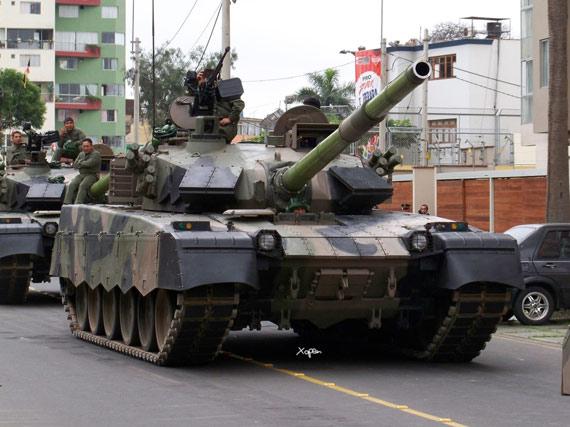2009年中国MBT2000主战坦克在秘鲁国庆阅兵式上亮相