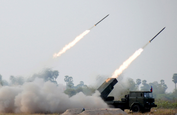 柬埔寨军队BM-21式火箭炮实弹发射